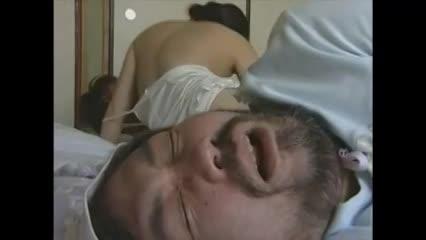 夫が寝ている隣で実の息子と近親相姦セックスするド淫乱な巨乳熟女…